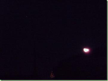 左上に土星、屋根から出た半月